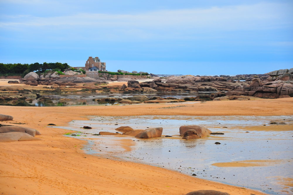 My brother-in-law's photo of the pink granite coast near Trébeurden in France. That would be a pretty byway to explore, n'est-ce pas?