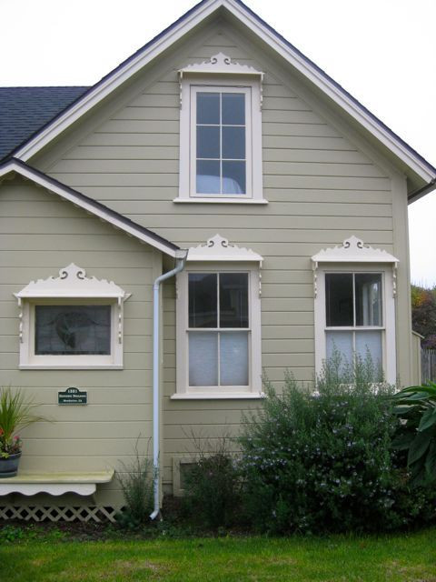 Don't you just love the woodwork surrounding the windows?
