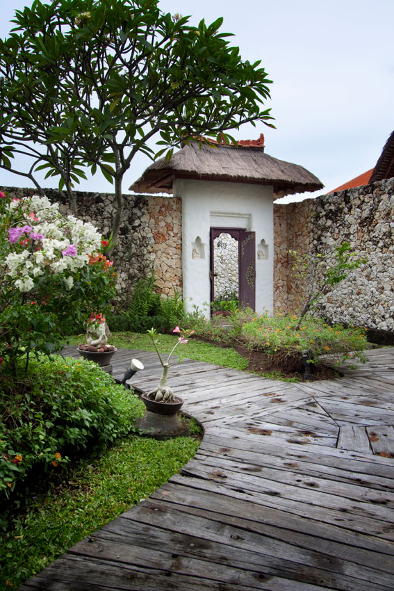 villa_wooden_entrance
