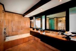 Grand-Deluxe-Bathroom1
