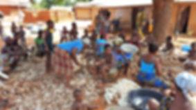 Epluchage de manioc pour la transformation en tapioca