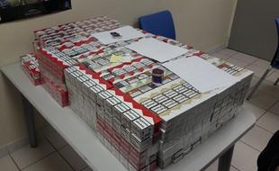 (26/02) Elle rapporte 216 cartouches de cigarettes de contrebande à son compagnon gardé à vue.