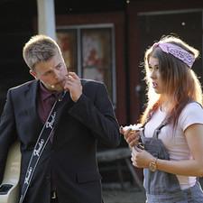 Kyllä Peltoska Hoitaa keräsi kesän 2014 aikana noin 1500 kävijää.  Vernerin (Oskari Lahtinen) serenadi tuli Paulalle (Roosaliina Sunikka) täytenä yllätyksenä.  Kuva: Kari Uusiniitty