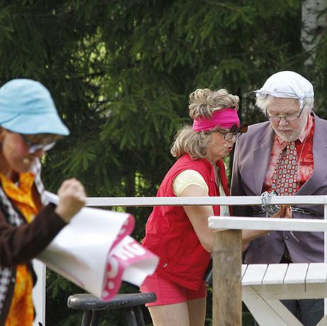 Operaatio Pusukumpu keräsi kesän 2015 aikana noin 1400 kävijää.  Tohtori Ohvanainen (Pertti Välimäki) on kahlinnut itsensä tanssilavaan. Veera Ohvanainen (Aila Uusiniitty) koittaa kuumeisesti saada tohtoria irti.  Kuva: Kari Uusiniitty