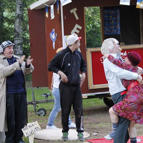 Sukukalleudet keräsi kesän 2016 aikana noin 1600 katsojaa.  Sosiaalitarkastaja Virtanen (Pertti Välimäki) on hurmannut Helka Haimasen (Saila Ojala).  Kuva: Kari Uusiniitty