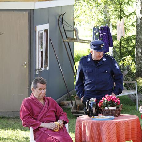 Sukukalleudet keräsi kesän 2016 aikana noin 1600 katsojaa.  Poliisi (Harri Savolainen) on saapunut kyselemään ryöstöstä naapureilta (Ari Lappi, Aila Uusiniitty).  Kuva: Kari Uusiniitty