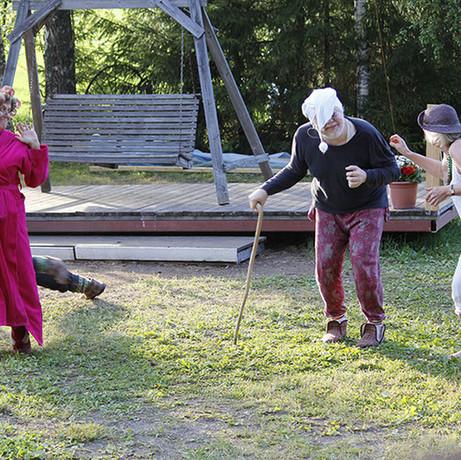 Kyllä Peltoska Hoitaa keräsi kesän 2014 aikana noin 1500 kävijää.  Aamujumppa menossa...  Kuva: Kari Uusiniitty