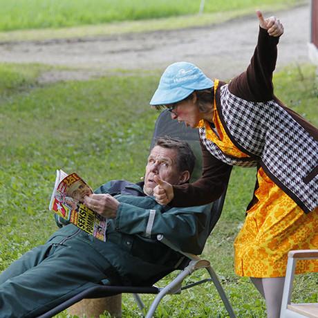 Operaatio Pusukumpu keräsi kesän 2015 aikana noin 1400 kävijää.  Emäntä (Saila Ojala) yrittää saada vetelää miestään (Ari Lappi) suorittamaan remonttia loppuun.  Kuva: Kari Uusiniitty