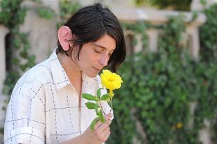 אישה מריחה פרח תכנית ה