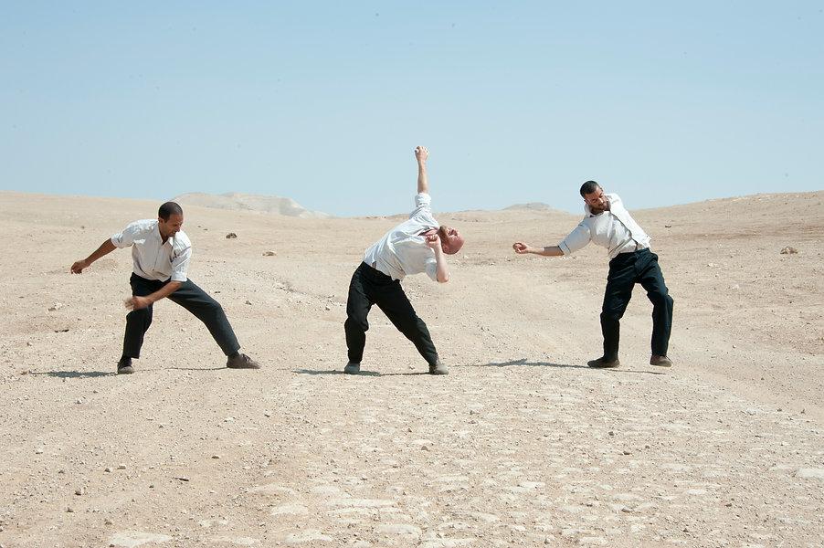 גברים רוקדים במדבר - men dancing in the desert