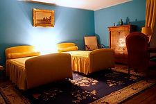 La chambre est située à l'étage et donne côté cour avec une orientation soleil levant. Elle dispose de deux lits d'une personne et d'une salle de bains attenante (avec baignoire, lavabo et wc).Prix/nuit 75€