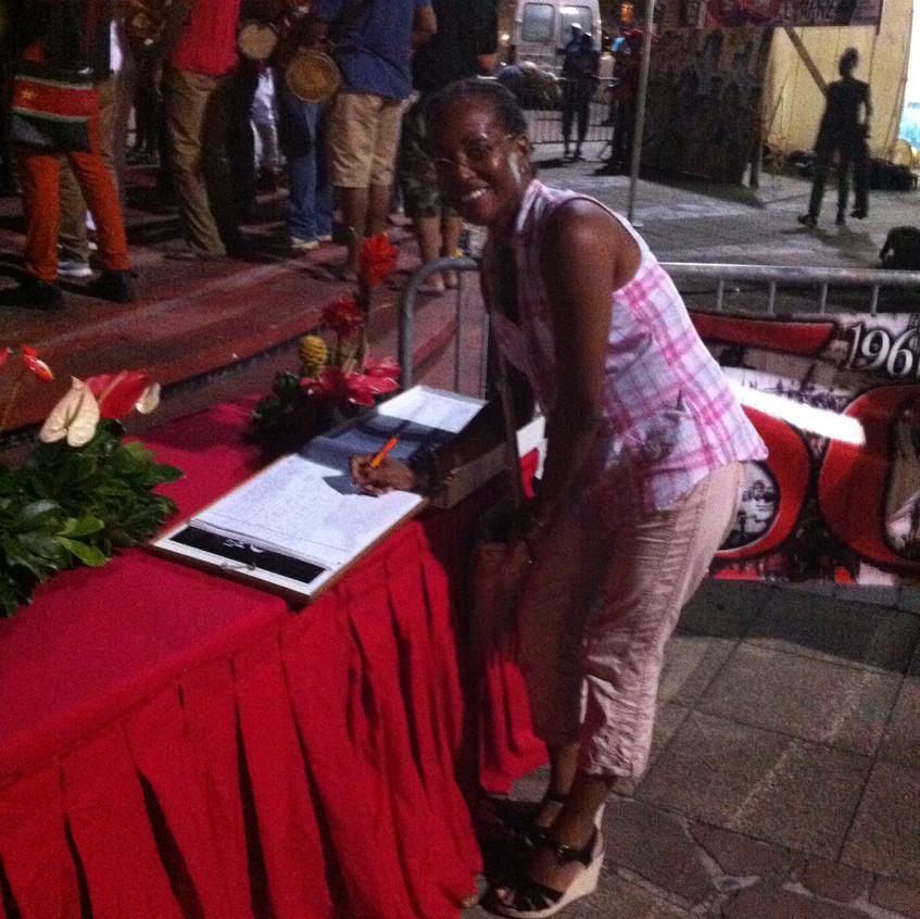 Place de la victoire - Patricia POMPILIUS signant le livre d'or