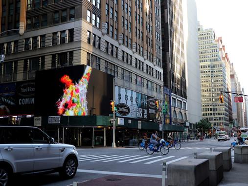Sergio Mora Diaz, expone obra en pantallas del Time Square durante la reapertura de Nueva York