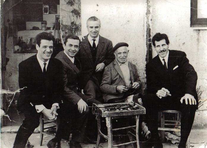 Bottega Via Reitano. F.lli Napoli 1962 (da sx Franco Franco, Paolo Panelli, Natale Napoli, Gaetano Napoli, Ciccio Ingrassia)