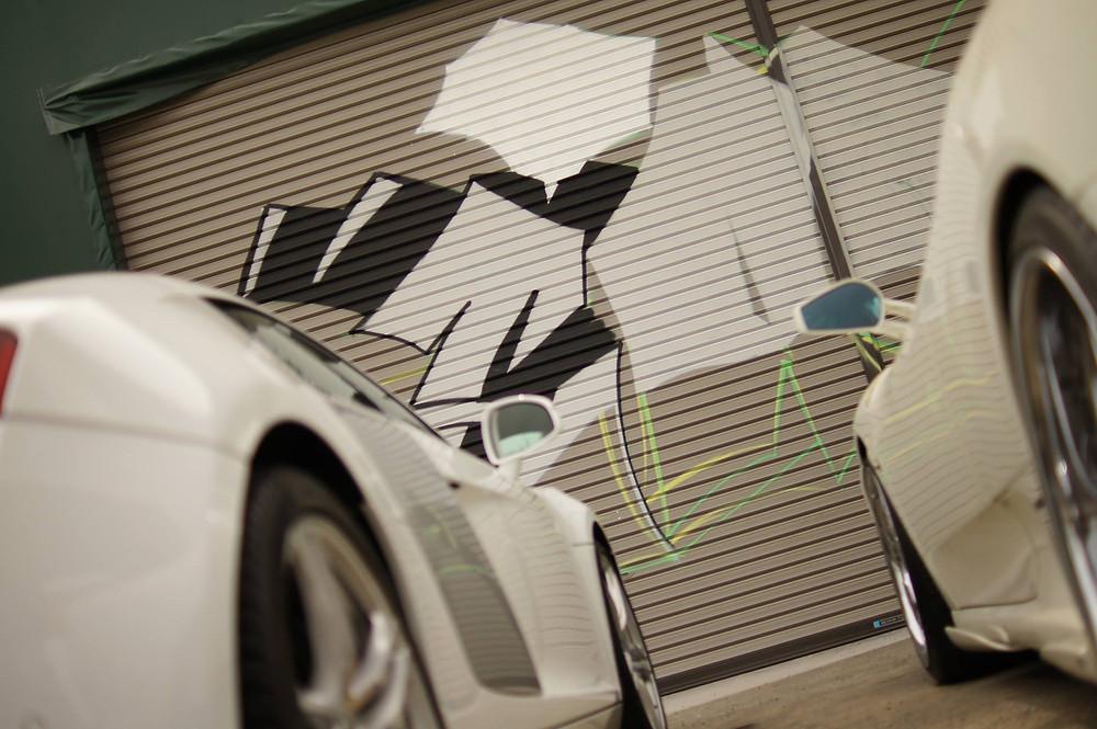 スプレーアートと車