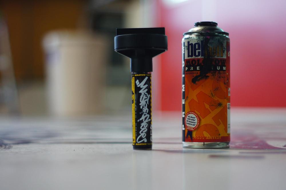 ペンとスプレー缶
