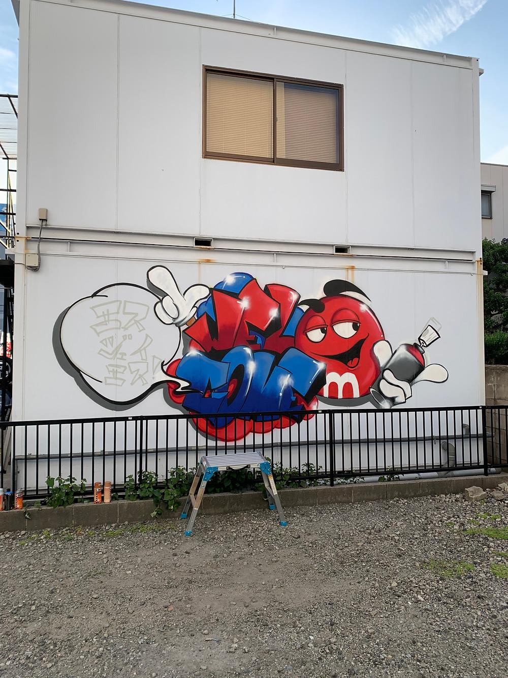 壁にスプレーアート
