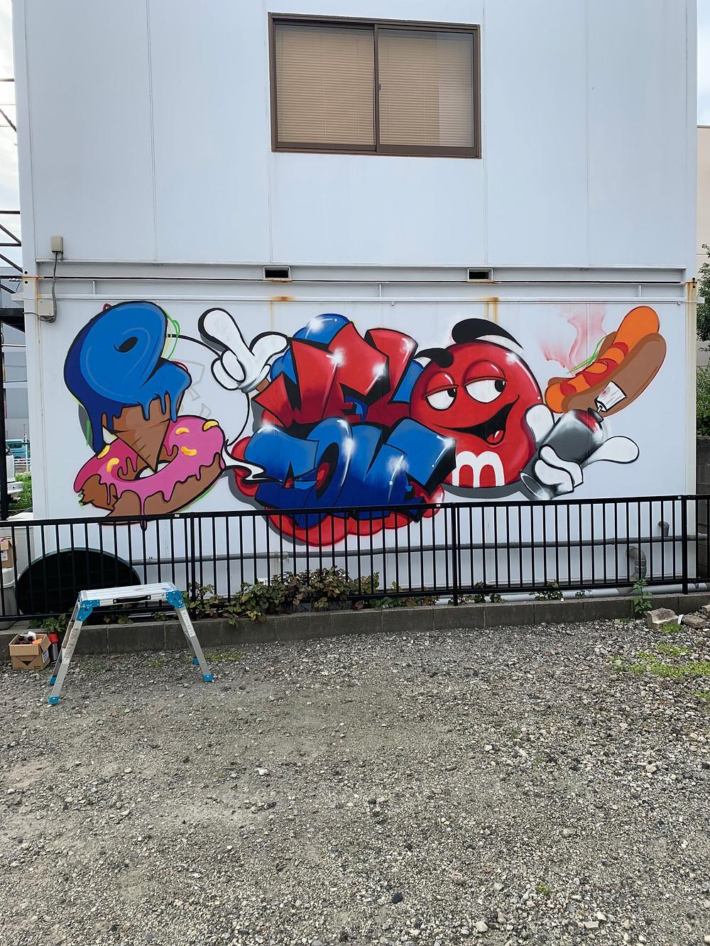 壁にグラフィティアート