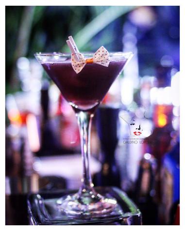 Drinks FamososeAutorais, não existe nada melhor do que aproveitar uma noite agradável na companhia de amigos e/ou familiares e celebrarseu importante momento com a preparação de uma bebida sofisticada eextraordinária, glamorosa e que surpreendeos seus convidados em qualquer ocasião festiva.