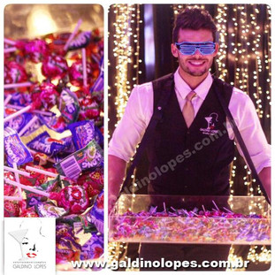 Garotos e garotas distribuem balas e doces deliciosos!