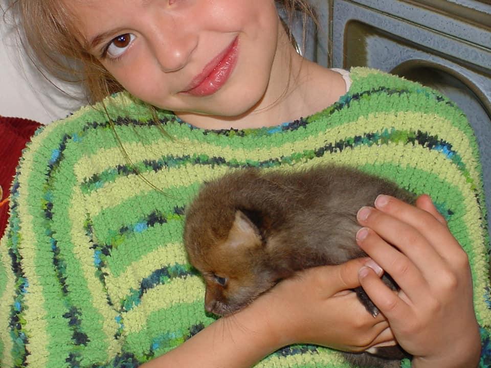 Meine Tochter Tabitha mit unseren Fuchsbaby. Später kam sie in artgerechte Haltung.