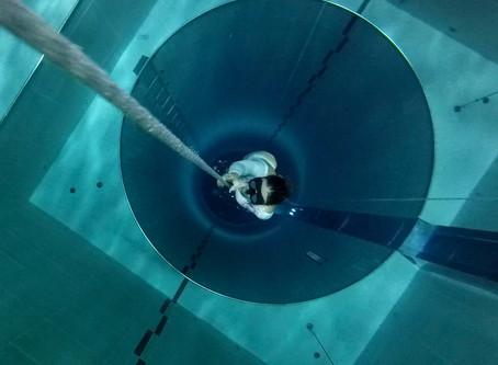 """Karol Meyer mergulha na piscina mais funda do mundo a  Y-40 """"The Deep Joy"""""""