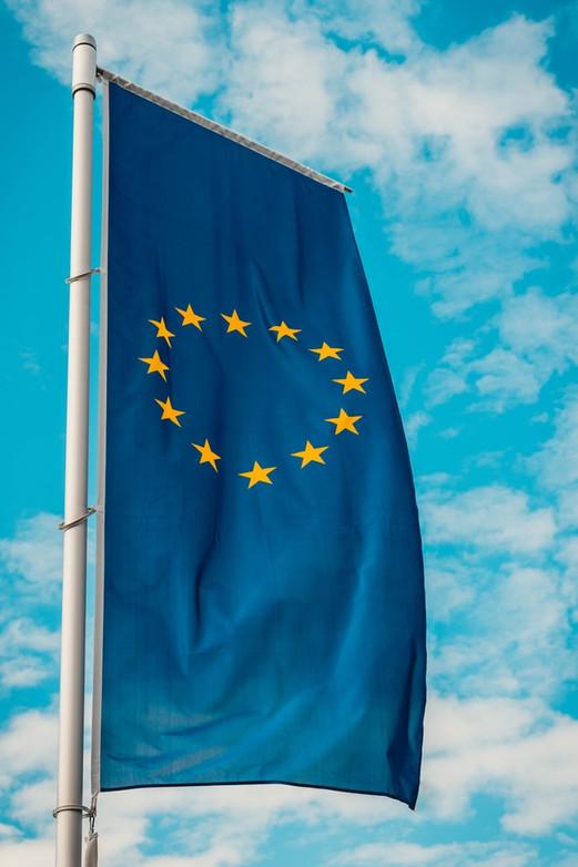 Le drapeau européen comporte 12 étoiles dorées sur fond bleu.