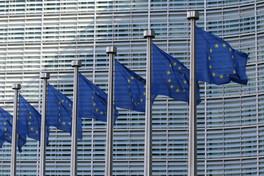 Série de drapeaux européens devant la Commission