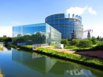 Vue du Parlement européen depuis le Rhin