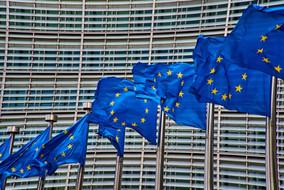 Les drapeaux européens flottent devant le Berlaymont, bâtiment principal de la Commission européenne à Bruxelles