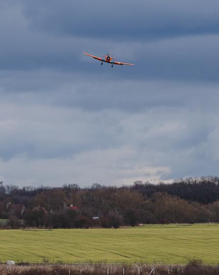 AT-6C Harvard před přistáním na Točné