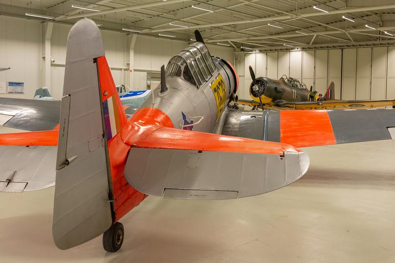 AT-6C Harvard společně s druhým Harvardem v hangáru.