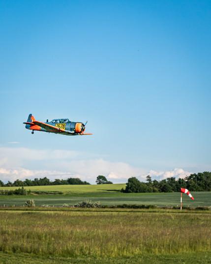 AT-6C Harvard průlet nad dráhou