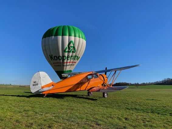 Waco YKS-6 a Zelenej balon