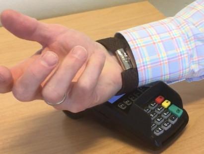 Lanserer kontaktløs betaling fra mikrobankkort i armbånd