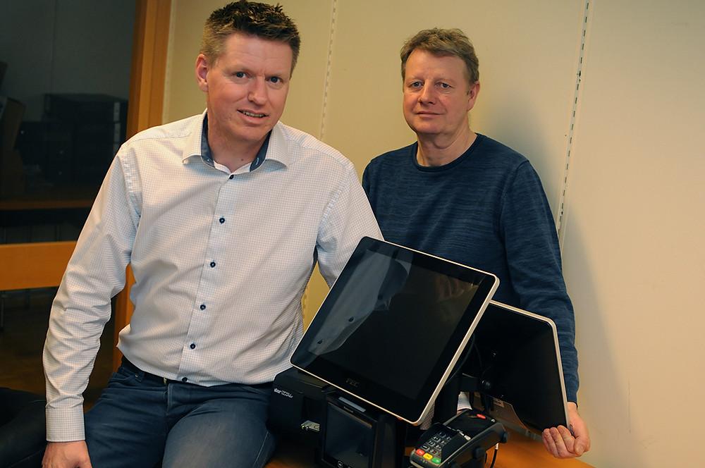 FØRST UTE I KLESBRANSJEN: ClubXPRS blant de første kleskjeden i Europa som har tatt i bruk selvbetjente kasser. – Både dagligvare- og byggekjeder benytter selvbetjening, men kun som et tillegg til betjente butikkasser, sier salgssjef Pål-Erik Nilsen og teknisk sjef Rune Bertheussen i Qsystems Retail AS.