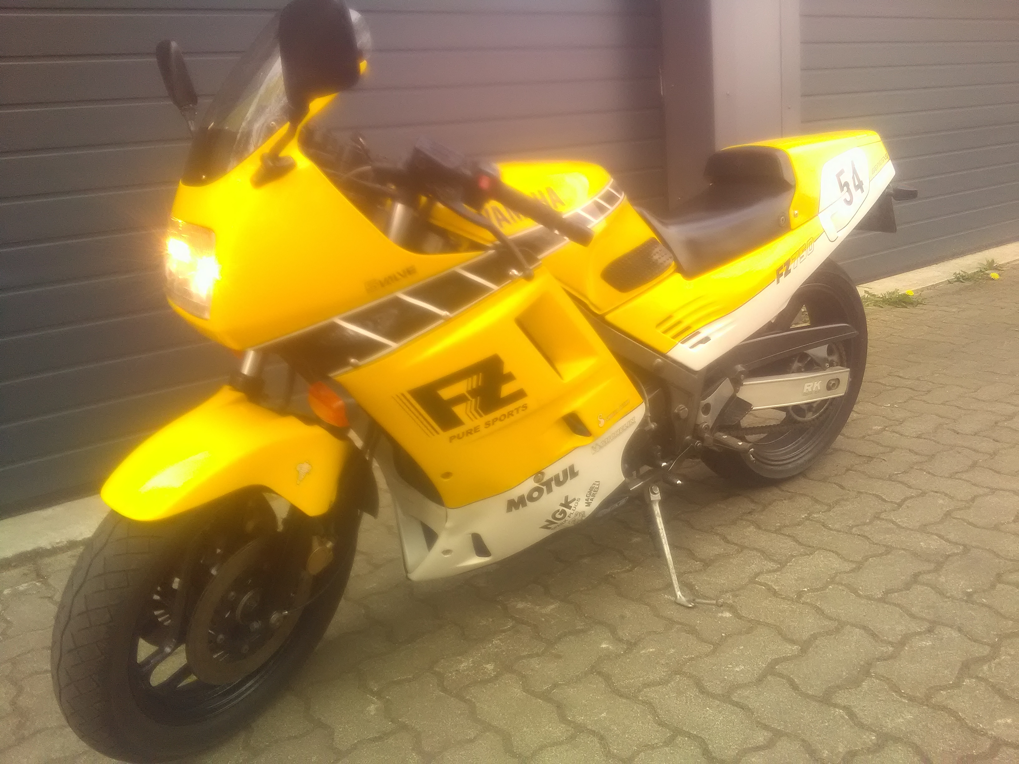 Yamaha FZ750 Kenny Roberts Replica.