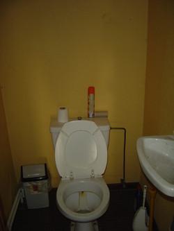 Toilet in het begin van de gang