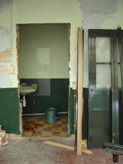 Oude lavabo's in de gang