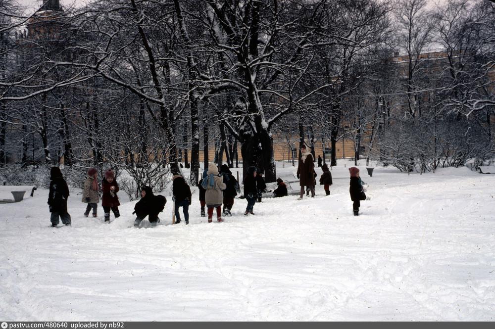 Дети на прогулке в Александровском саду