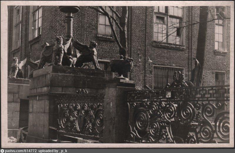 Ворота с грифонами на улице Профессора Попова