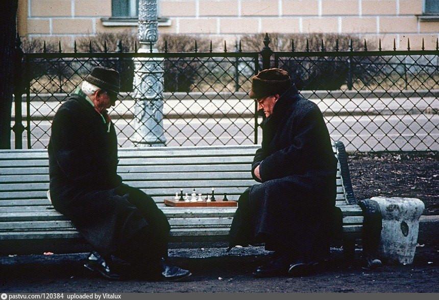 Игроки в шахматы в саду Трудящихся у Адмиралтейства