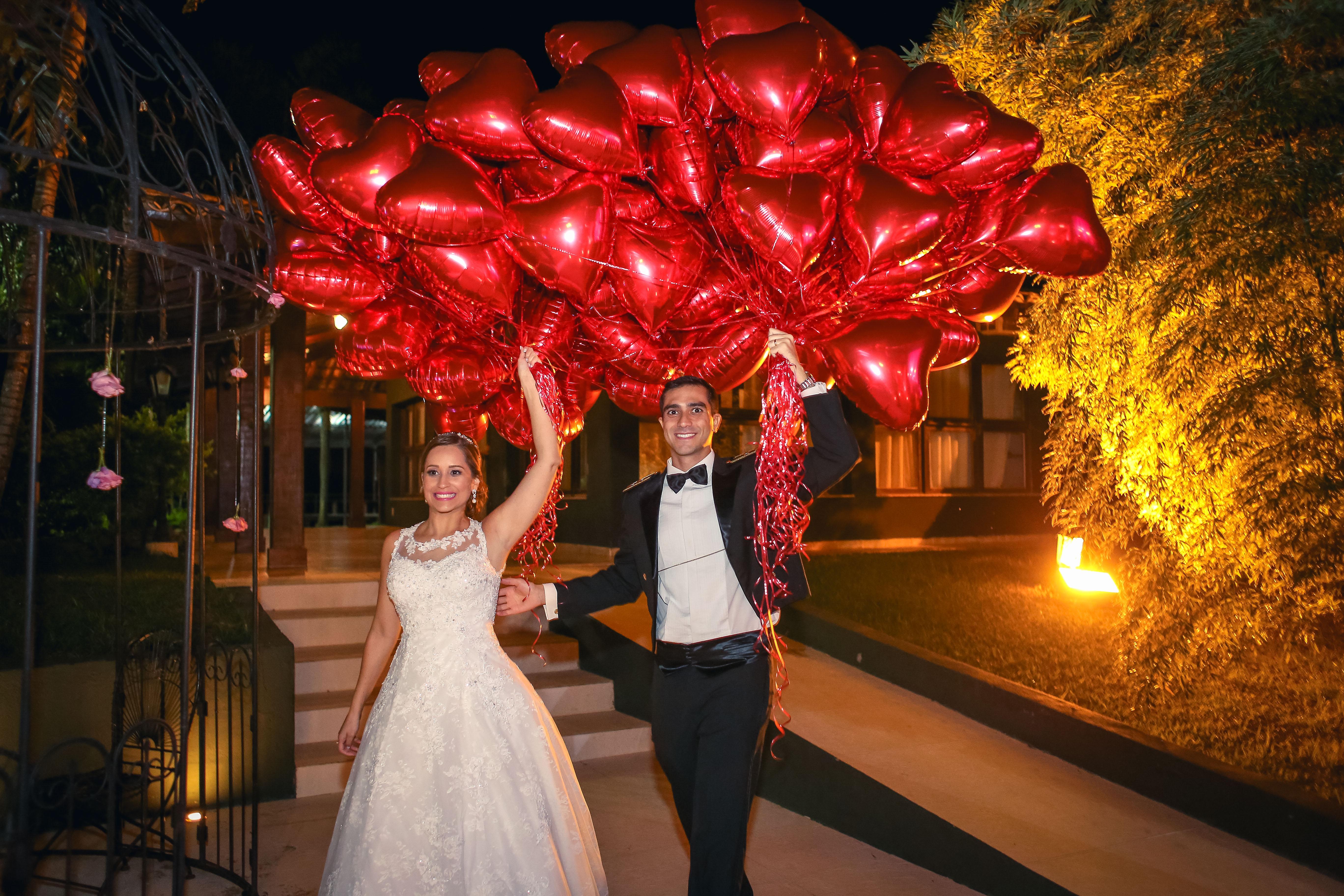 Casal com balões de corações