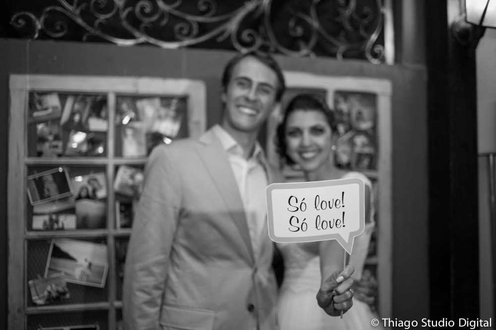 Casal com plaquinha na festa