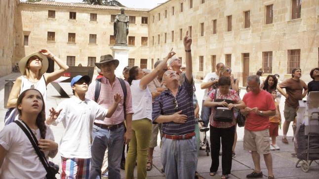 Туристы перед историческим зданием Университета Саламанки
