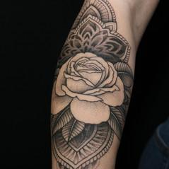 tatuaje rosa puntillismo mandala.jpg