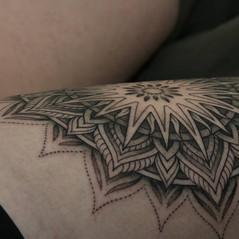 tatuaje mandala puntillismo.jpg