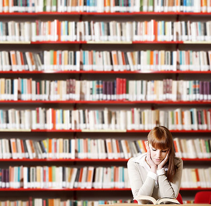 Leitura da menina na biblioteca