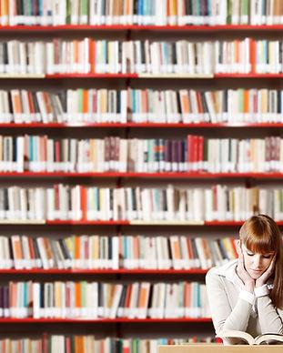 Fille de lecture dans la bibliothèque