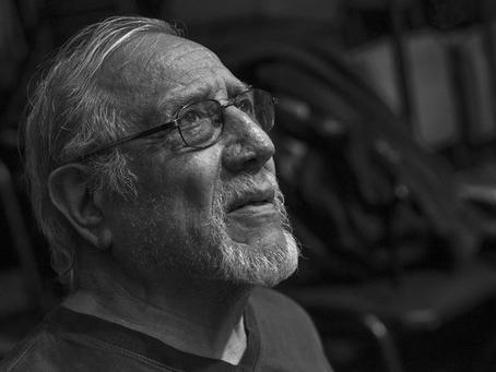 """El actor y director Hugo Álvarez presenta su libro """"Relatos de infancia del hijo de un suicida"""""""